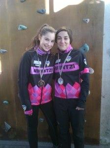 Iranzu y Cynthia  contentas con sus medallas. Foto: Arantxa Pérez.Irrintzi Ski