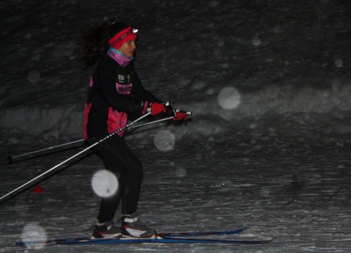 Iranzu esquiando en la oscuridad